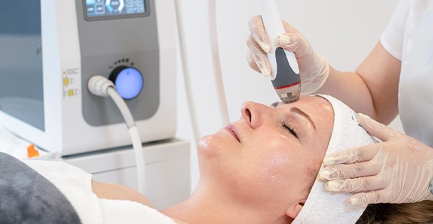 Hydra Facial und Fruchtsäure Behandlung bei der Kosmetikerin